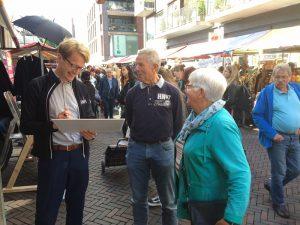 Jasper van de Graaf neemt quiz af op Jaarmarkt Alphen aan den Rijn